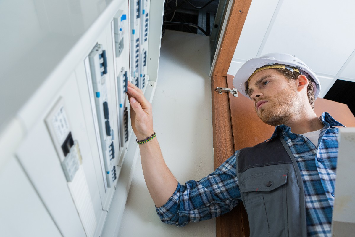 L'importance de contacter un professionnel en dépannage électrique à Paris 7ème | Aux Bâtisseurs Parisiens